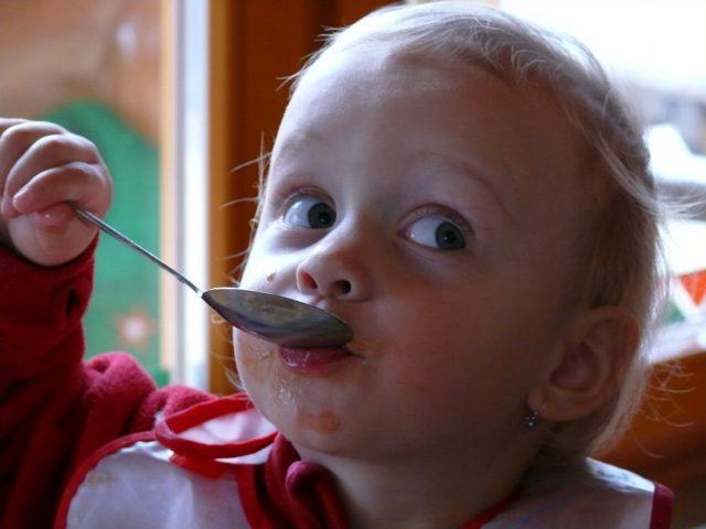 bambino che mangia_omogeneizzato