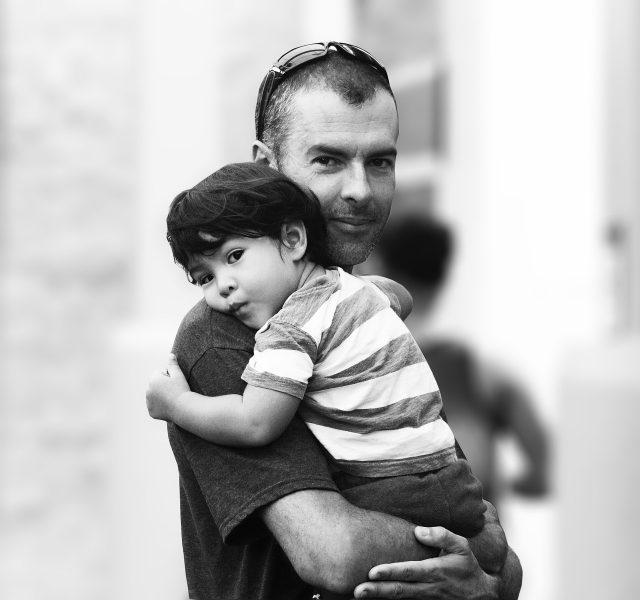 Papà e figlio si abbracciano nel loro tempo di qualità