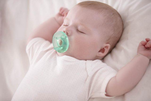 Bimbo che dorme con il ciuccio