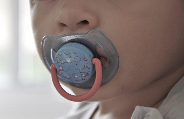 Dettaglio del ciuccio e del bambino