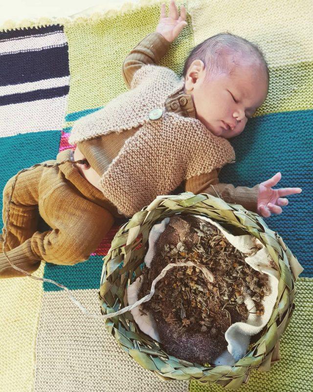 Lotus birth, il cordone non si recide, placenta e neonato restano legati fino alla naturale essicazione del cordone © instagram/davina_thompson