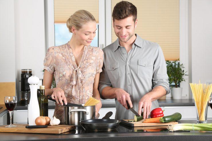 Vita di coppia complice in cucina