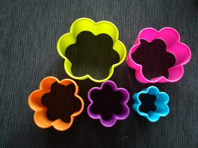 Forme fiore per preparare delle ricette dolci per bambini