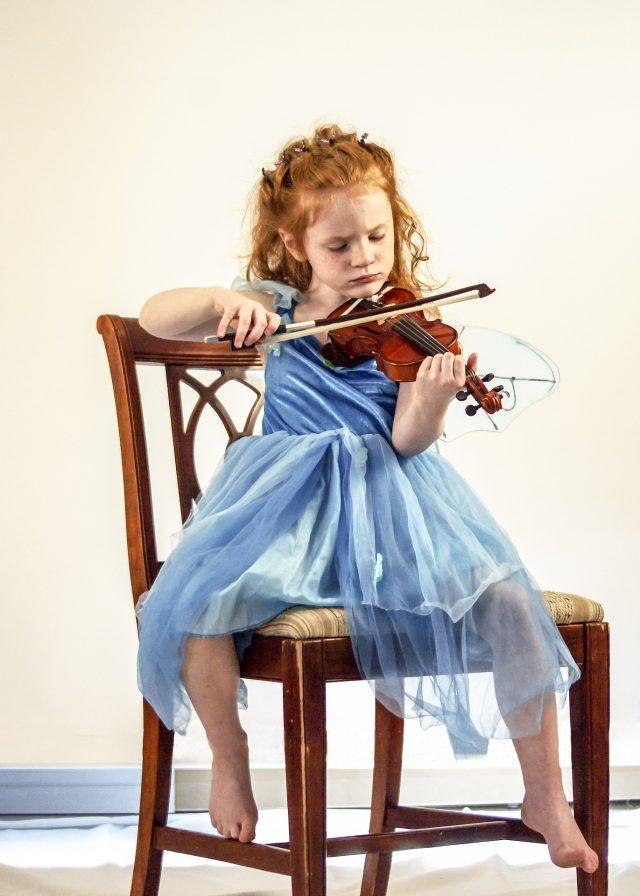 Una bambina suona il violino, suo strumento musicale preferito
