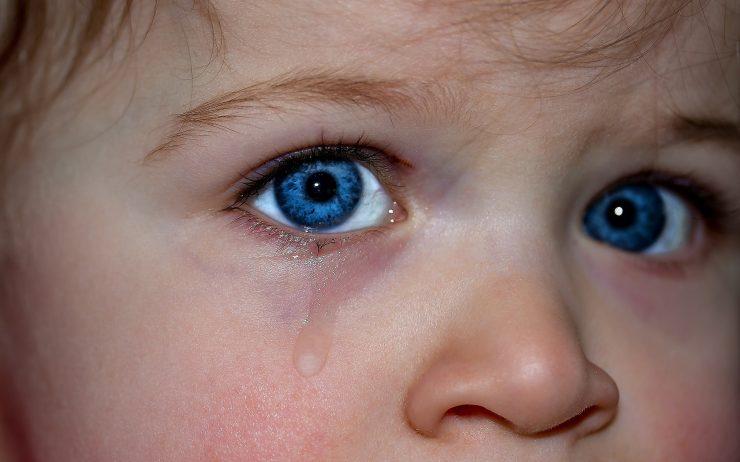 bambino che piange per il distacco dalla madre