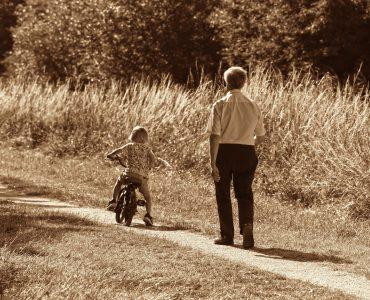 Nonno a piedi e nipote in bici, è giusto lasciare i figli ai nonni?