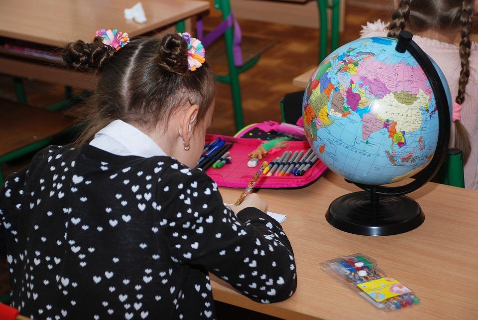 Bambina a scuola, al suo primo giorno